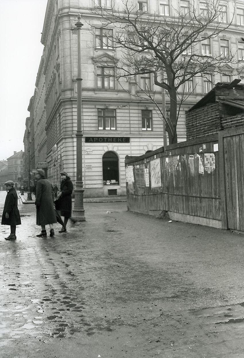 Geschichte - Blick auf die Kreuzung Klosterneuburger Straße/Pappenheimgasse mit der Elisabeth-Apotheke in der Zwischenkriegszeit